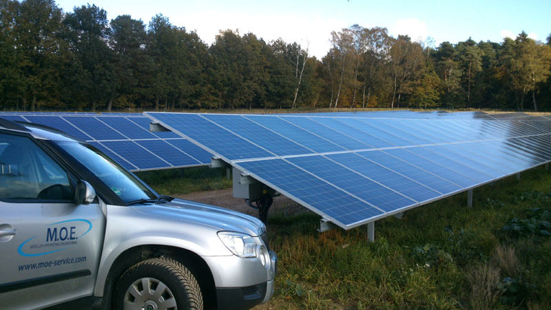 MOE Auto vor Photovoltaikanlage