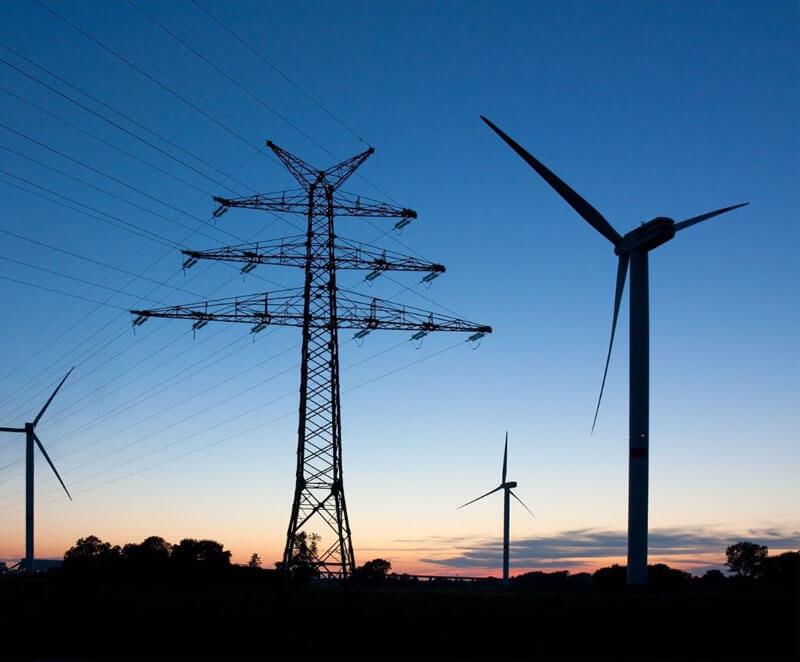 Windraeder und Strommasten